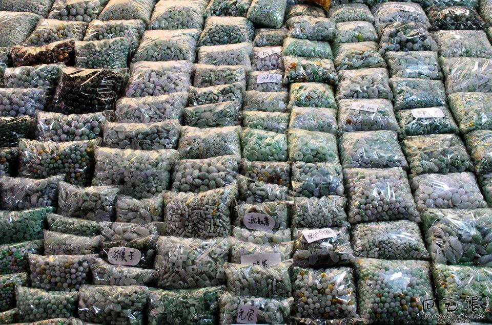 街头贩卖玉石.jpg