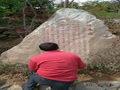 手工石头刻字现场施工照片